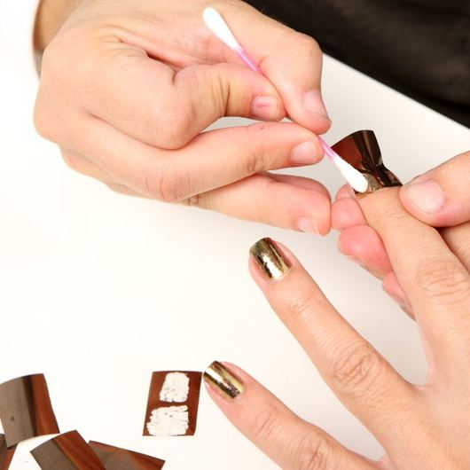 http://www.tlife.gr/files/Image/BEAUTY/2010/HOW%20TO%20BODY/NAILFOILS/resized/5_530_530.JPG