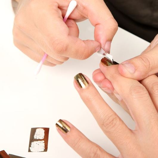 http://www.tlife.gr/files/Image/BEAUTY/2010/HOW%20TO%20BODY/NAILFOILS/resized/6_530_530.JPG