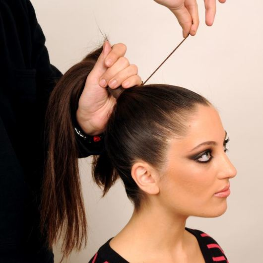 http://www.tlife.gr/files/Image/BEAUTY/2012/HOW_TO_HAIR/TOP_KNOT_PLEKSIDA/resized/6_530_530.jpg
