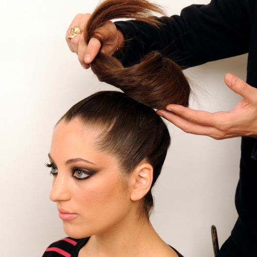 http://www.tlife.gr/files/Image/BEAUTY/2012/HOW_TO_HAIR/TOP_KNOT_PLEKSIDA/resized/9_530_530.jpg