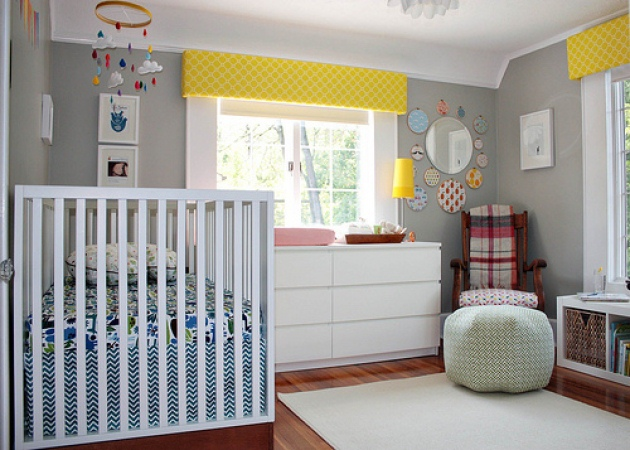 1343ffd04d7 Απλό κι ευχάριστο, αυτό το βρεφικό δωμάτιο έχει βάση το απαλό γκρι και το  λευκό τα οποία πλαισιώνονται από χρωματιστές πινελιές κίτρινου στις  κουρτίνες και ...