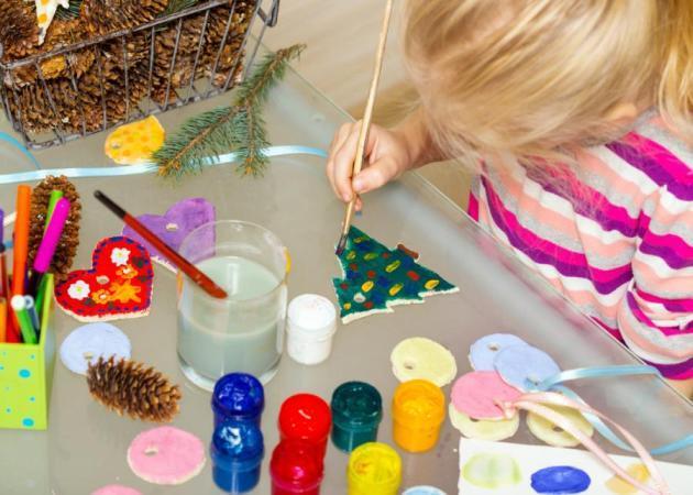 Αποτέλεσμα εικόνας για παιδι κανει χριστουγεννιατικες κατασκευες