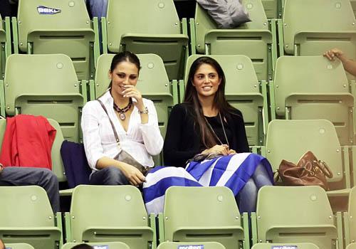 Οι δύο γυναίκες στις κερκίδες παρακολουθούν την εθνική ομάδα