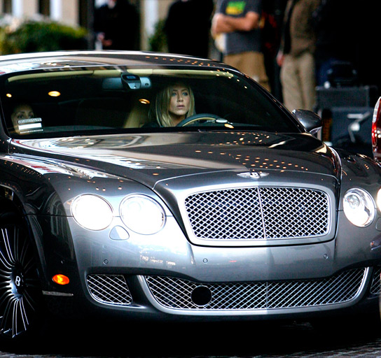 Η Jennifer Aniston με την  Bentley Continental GT Speed αξίας 200.000$
