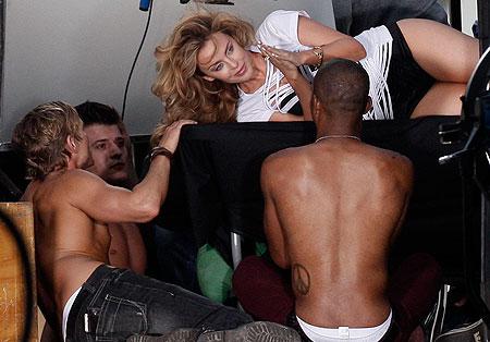H Kylie περικυκλωμένη από ωραίες αρσενικές υπάρξεις!