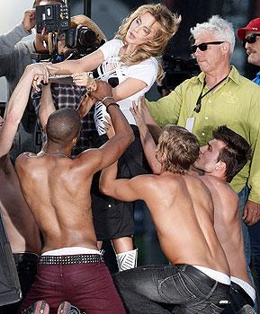 H Kylie έχει όλους τους άντρες στα πόδια της!