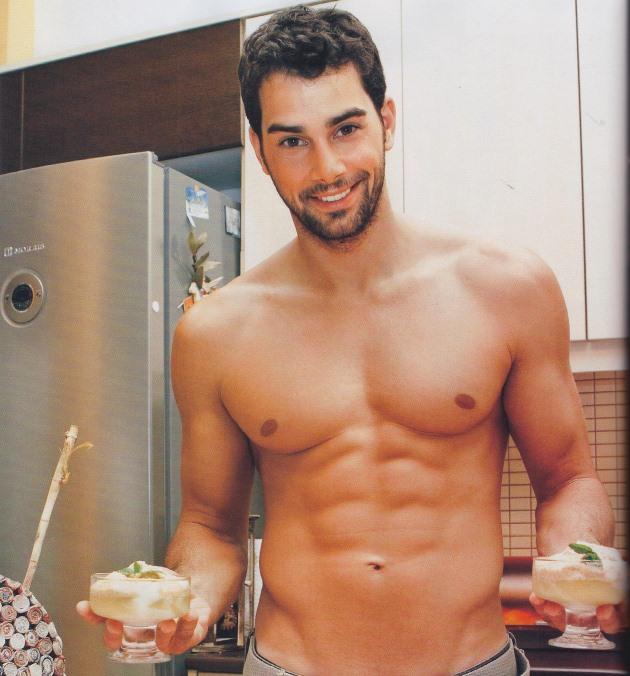 giakoumatos Πέντε σέξι άντρες της ελληνικής showbiz μαγειρεύουν!