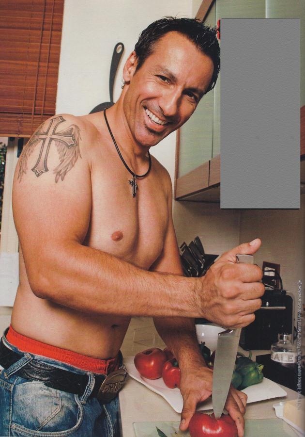 imbrios Πέντε σέξι άντρες της ελληνικής showbiz μαγειρεύουν!