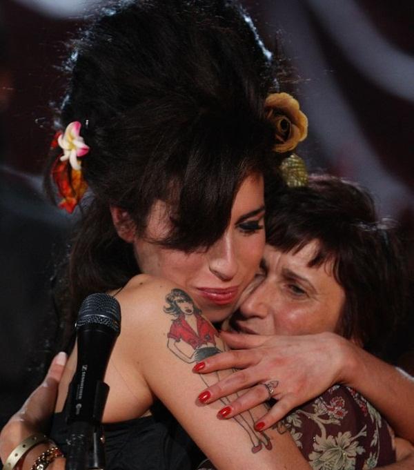 mum A. Winehouse: Η ραγδαία άνοδος, η τραγική πτώση και ο αναμενόμενος θάνατος!