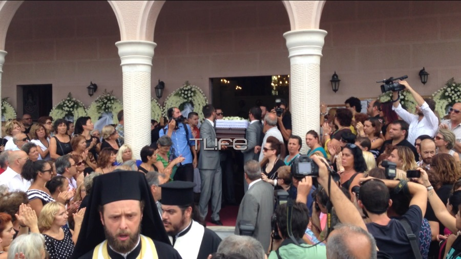 Φίλοι και συγγενείς έδωσαν το τελευταίο αντίο στον Μιχάλη Ασλάνη....