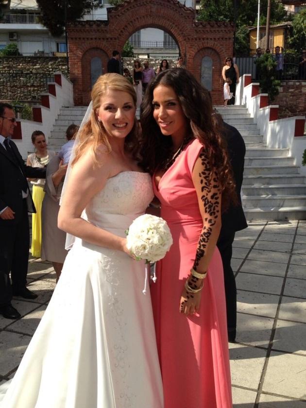 Η κατερίνα ποζάρει με την όμορφη νύφη