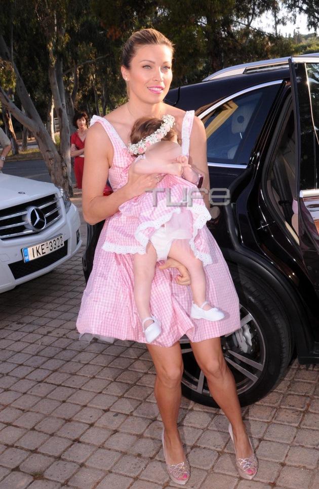 Ήρεμη και χαμογελαστή καθόταν στην αγκαλιά της μανούλας της με την οποία  φορούσε μάλιστα και το ίδιο πουά λευκό-ροζ φόρεμα 1923c688fe8