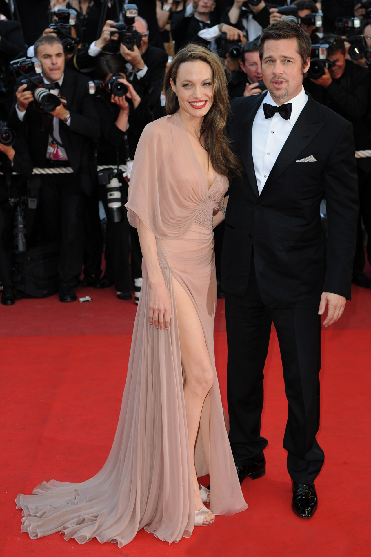 Angelina Jolie: Οι λεπτομέρειες του νυφικού, το μενταγιόν και το γαμήλιο δείπνο!
