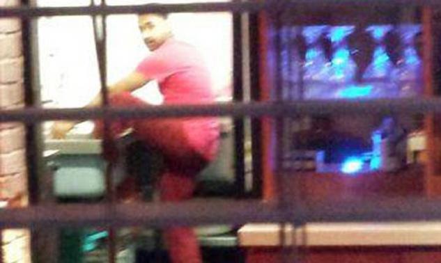 Πελάτης έβγαλε φωτογραφία τον σεφ πολυτελούς εστιατορίου να πλένει τα πόδια του στο νεροχύτη της κουζίνας!