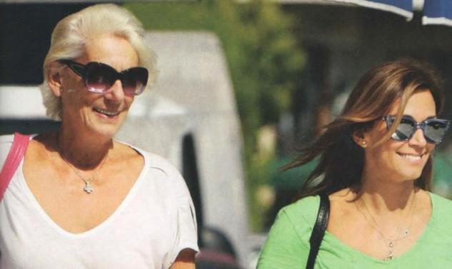 Έλλη Κοκκίνου: Βόλτα με την μαμά της στην Γλυφάδα!