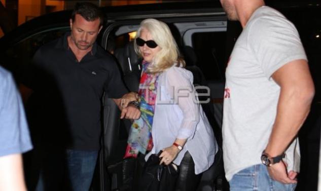 Lady Gaga: Οι πρώτες φωτογραφίες από τη βόλτα της μαμάς της στην Αθήνα!