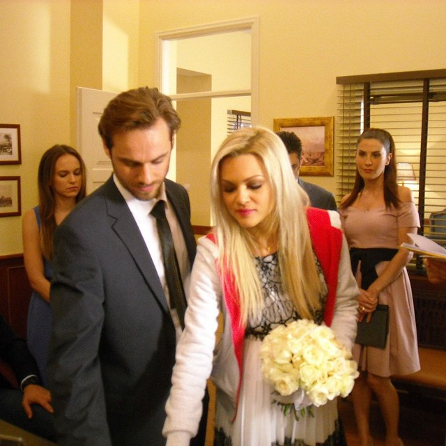6dacfabfdc40 Ο πολιτικός γάμος της Βίκυς Κάβουρα! - TLIFE