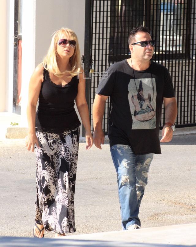 """""""Λύγισε"""" ο Νίκος Μουτσινάς στην κηδεία της μητέρας του - Ήταν όλοι εκεί"""