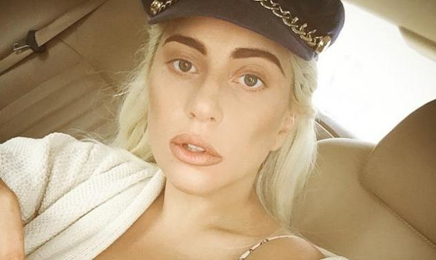 """Lady Gaga: Παίζει πιάνο, φορώντας το """"καυτό"""" σορτσάκι της! Φωτογραφίες"""