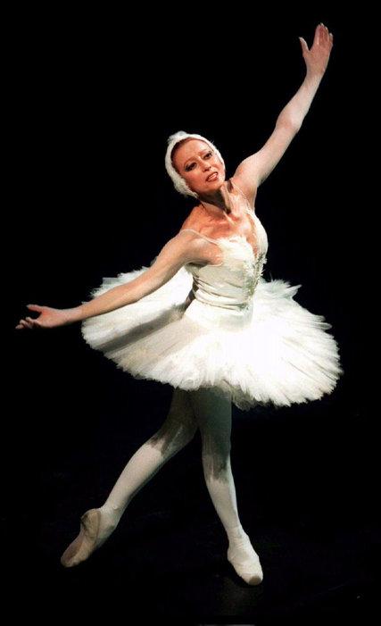 "5343ee32689 Γεννημένη στις 20 Νοεμβρίου του 1925 στη Μόσχα, η Μάγια Πλισέτσκαγια ήταν η  μία από τις δύο μπαλαρίνες της Σοβιετικής Ένωσης που είχε τιμηθεί με τον  τίτλο "" ..."