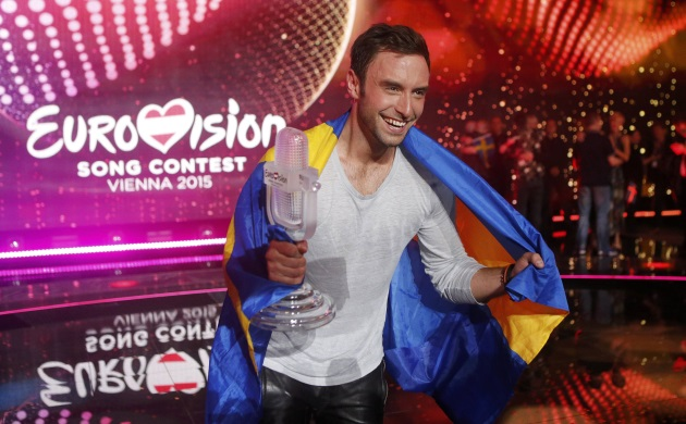 Eurovision 2015: Δες τον νικητή του διαγωνισμού να χορεύει γυμνός Miley Cyrus! Video