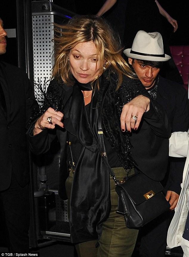 Σοκάρουν οι φωτογραφίες της Kate Moss στην εβδομάδα μόδας στο Παρίσι!