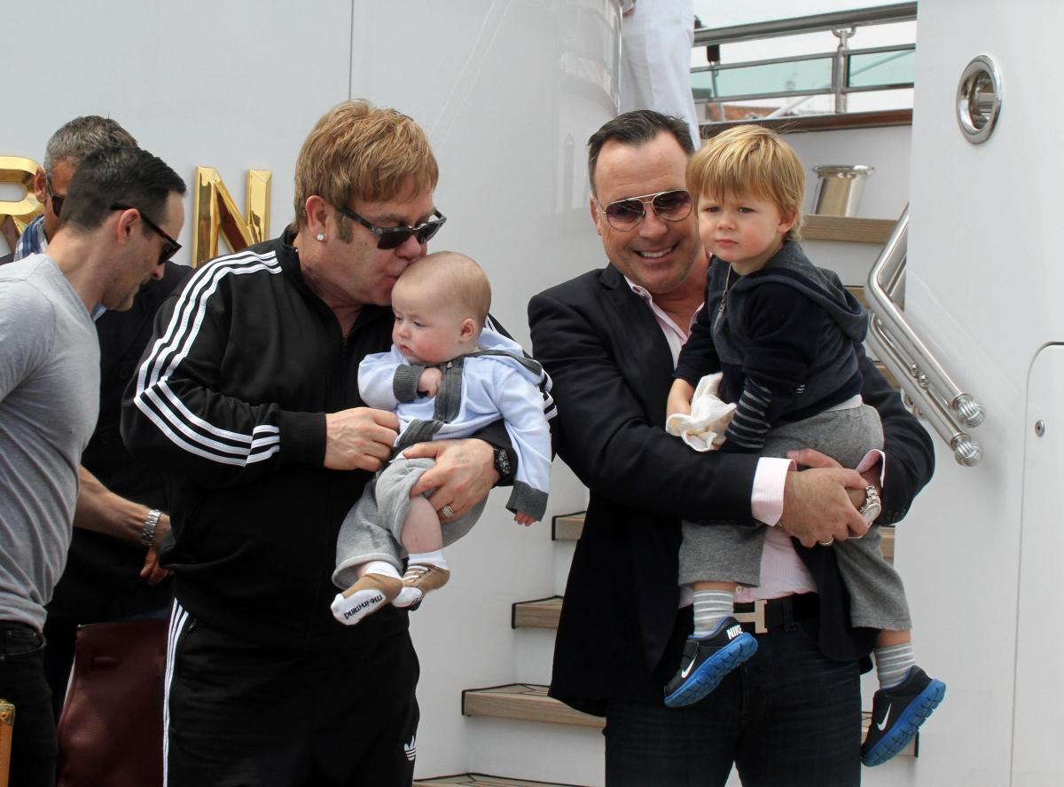Элтон джон фото с ребенком