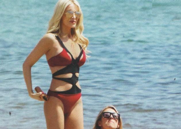"""Κατερίνα Καινούργιου: """"Τρέλανε"""" με το σέξι κόκκινο μαγιό της... στην παραλία!"""