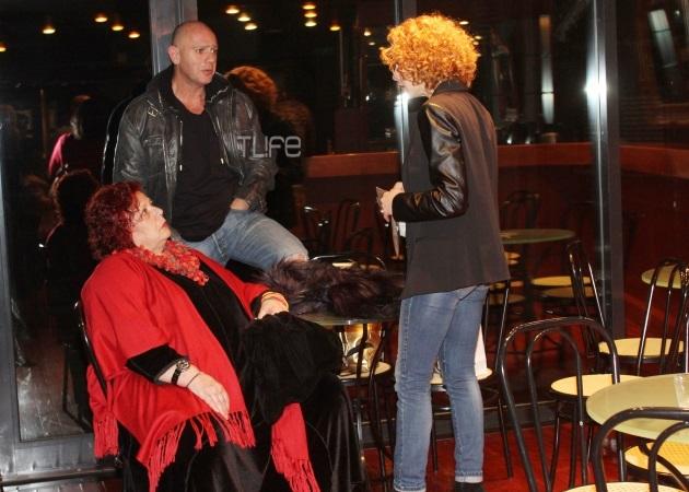 Εβελίνα Παπούλια: Στο θέατρο με την μητέρα της και τον σύντροφο της [pics]