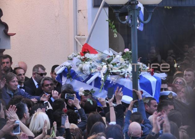 Κηδεία Παντελή Παντελίδη: Βούλιαξε το νεκροταφείο - Το τελευταίο αντίο στον καλλιτέχνη