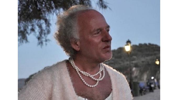 Η απιστευτη ιστορια του Δημητρη απο τη Λεσβο που φοραει φουστανια! (photos)