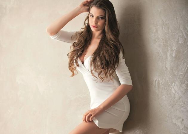 Μικαέλα Ιωνά: Ποια είναι η 21χρονη μελαχρινή καλλονή του Όλα Πρώτη Φορά