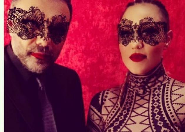 Πηνελόπη Αναστασοπούλου - Γρηγόρης Αρναούτογλου: Γιατί φωτογραφήθηκαν με σέξι μάσκες;
