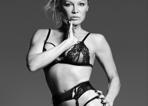 Pamela Anderson: Ανάβει φωτιές στα 50 της σε διαφήμιση ερωτικών εσωρούχων! [pics]