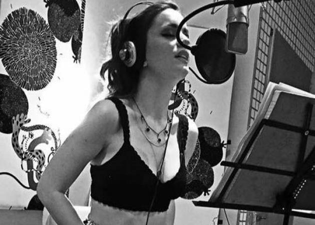Τραϊάνα Ανανία: Η σέξι ηθοποιός έγινε τραγουδίστρια και είναι... απλά υπέροχη! Βίντεο