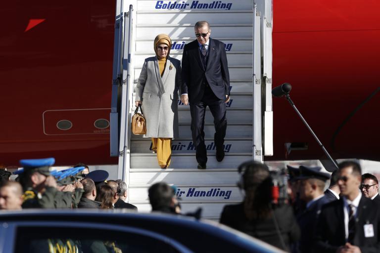 erdogan2 - Ταγίπ Ερντογάν: Κατέβηκε από το προεδρικό αεροσκάφος, πιασμένος χέρι χέρι με την σύζυγό του Εμινέ - Ταγίπ Ερντογάν, επισκεψη, Αθηνα
