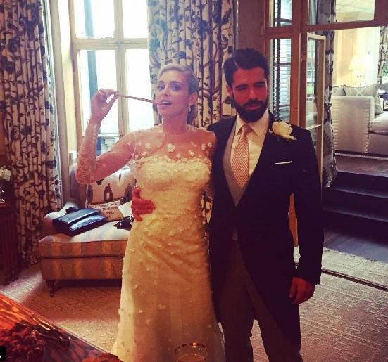 db6931b21ce6 Η νύφη έλαμπε κυριολεκτικά μέσα στο λευκό δαντελένιο νυφικό της. Ο γαμπρός  εξίσου εντυπωσιακός και γοητευτικός. Η Μαριάννα για την δεξίωση επέλεξε να  βγάλει ...