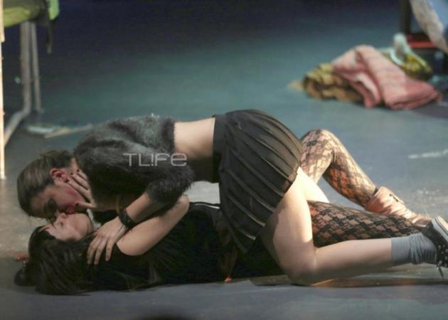 """Χαμός με το """"καυτό"""" φιλί διάσημης Ελληνίδας ηθοποιού στην συμπρωταγωνίστριά της!"""