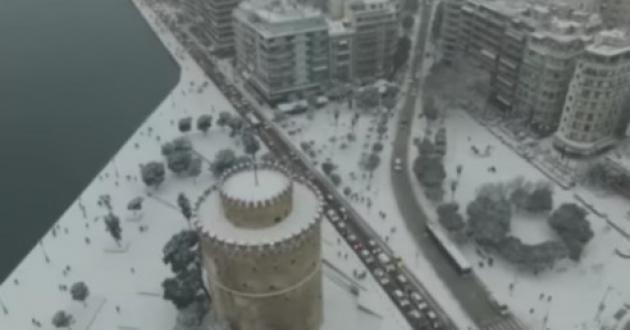Καιρός: Τρομερές εικόνες στη χιονισμένη Θεσσαλονίκη - Σκι στην παραλία και προβλήματα [pics, vids]