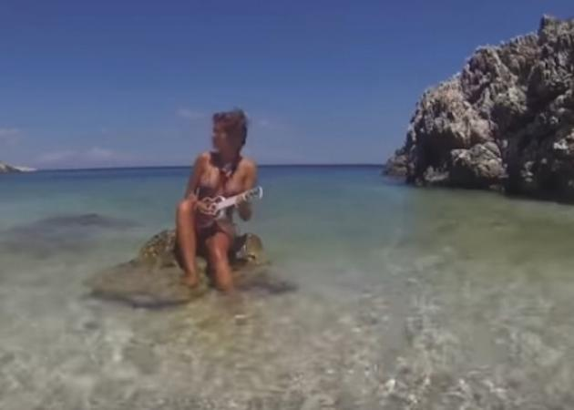 Kλέλια Ρένεση: Χορεύει ολόγυμνη μέσα στη θάλασσα στο νέο video clip του αγαπημένου της Μanu Chaο! [vid]