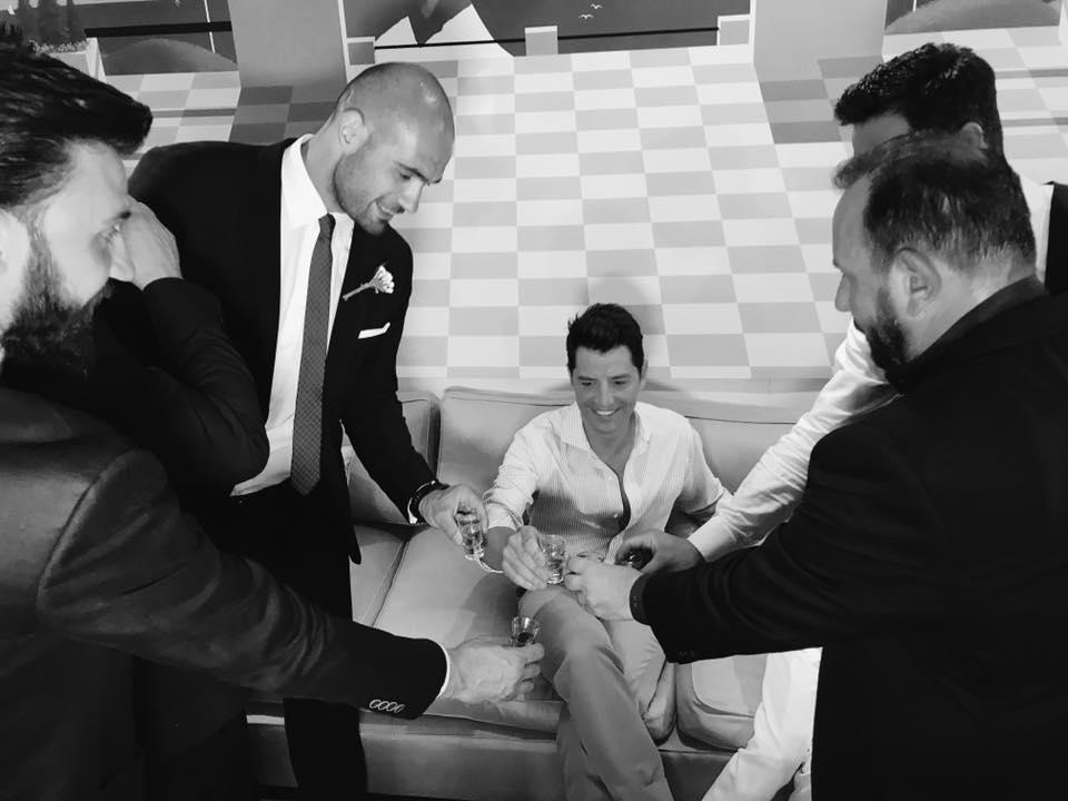 Η πανέμορφη νύφη φαίνεται πως δεν είχε κανένα άγχος για την τελετή ενώ την  ίδια ώρα ο Σάκης Ρουβάς έπινε ρακές με τους συνεργάτες του. 0e9f6fb3591