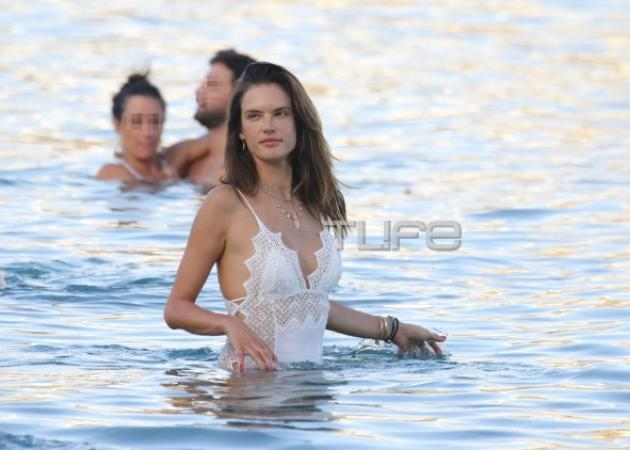 "Alessandra Ambrosio: Βάζει ""φωτιά"" στη Μύκονο με το σέξι μαγιό της! [pics]"