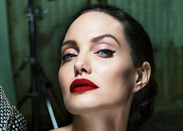 Angelina Jolie: Η εντυπωσιακή φωτογράφιση και όσα είπε για τη σχέση της με τον Brad Pitt [pics]