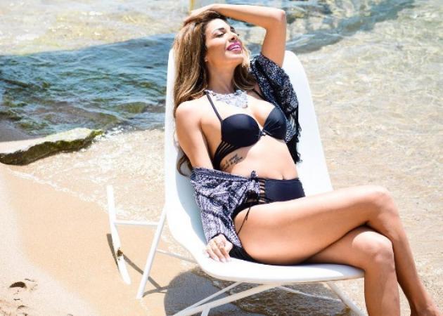 Η Ελένη Χατζίδου άβαφη με σέξι μαγιό στην πισίνα! [pics]