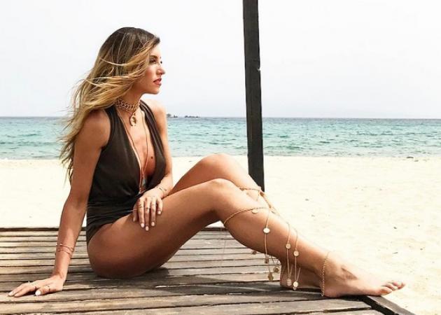 Αθηνά Οικονομάκου: Η σέξι φωτογράφιση στη Μύκονο και η ρομαντική στιγμή με τον καλό της!