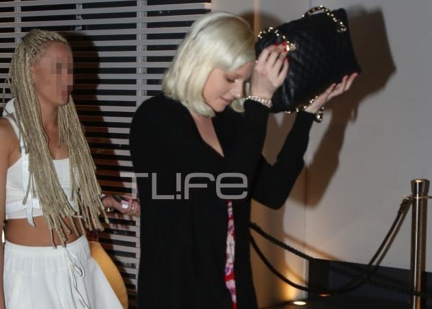 Η Τζούλια Αλεξανδράτου έκανε βραδινή έξοδο και έκρυψε το πρόσωπό της με την τσάντα της! [pics]