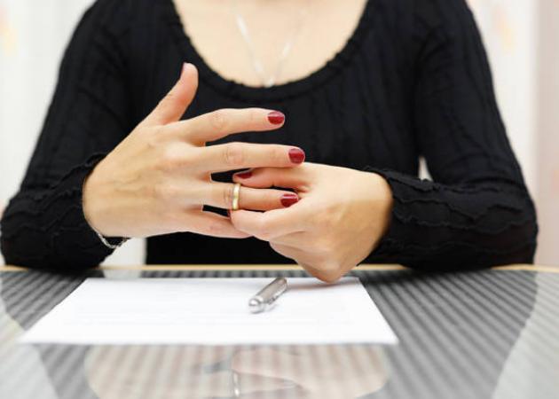 Χώρισαν και επίσημα! Πασίγνωστη Ελληνίδα υπέγραψε τα έγγραφα του διαζυγίου της