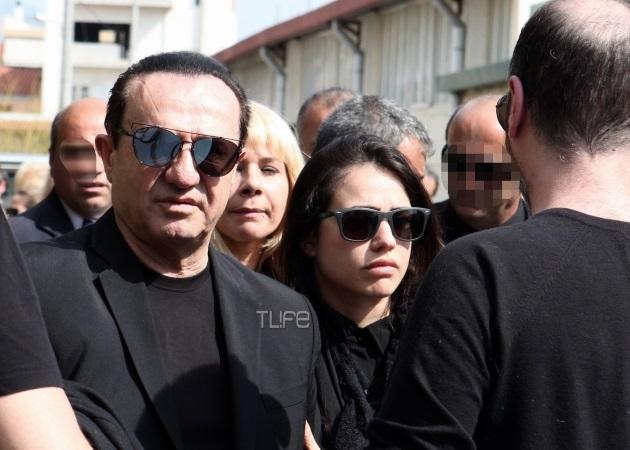 Λευτέρης Πανταζής: Μαζί με την κόρη του στην κηδεία της μητέρας του
