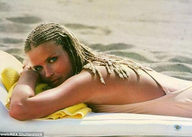 Bo Derek: Πήρε μέρος σε κολυμβητικό αγώνα στις Σπέτσες και είναι κούκλα στα 60 της, φορώντας το μαγιό της