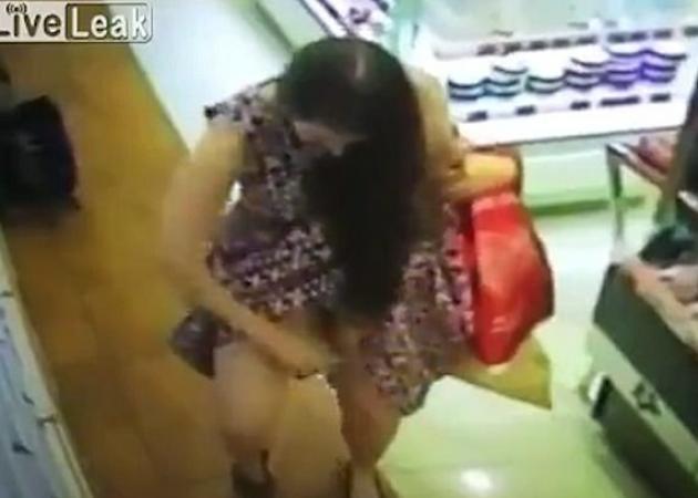 Oops! Γυναίκα σηκώνει του φούστα της και... ψεκάζει με άρωμα τ' απόκρυφά της σε κατάστημα καλλυντικών! VIDEO